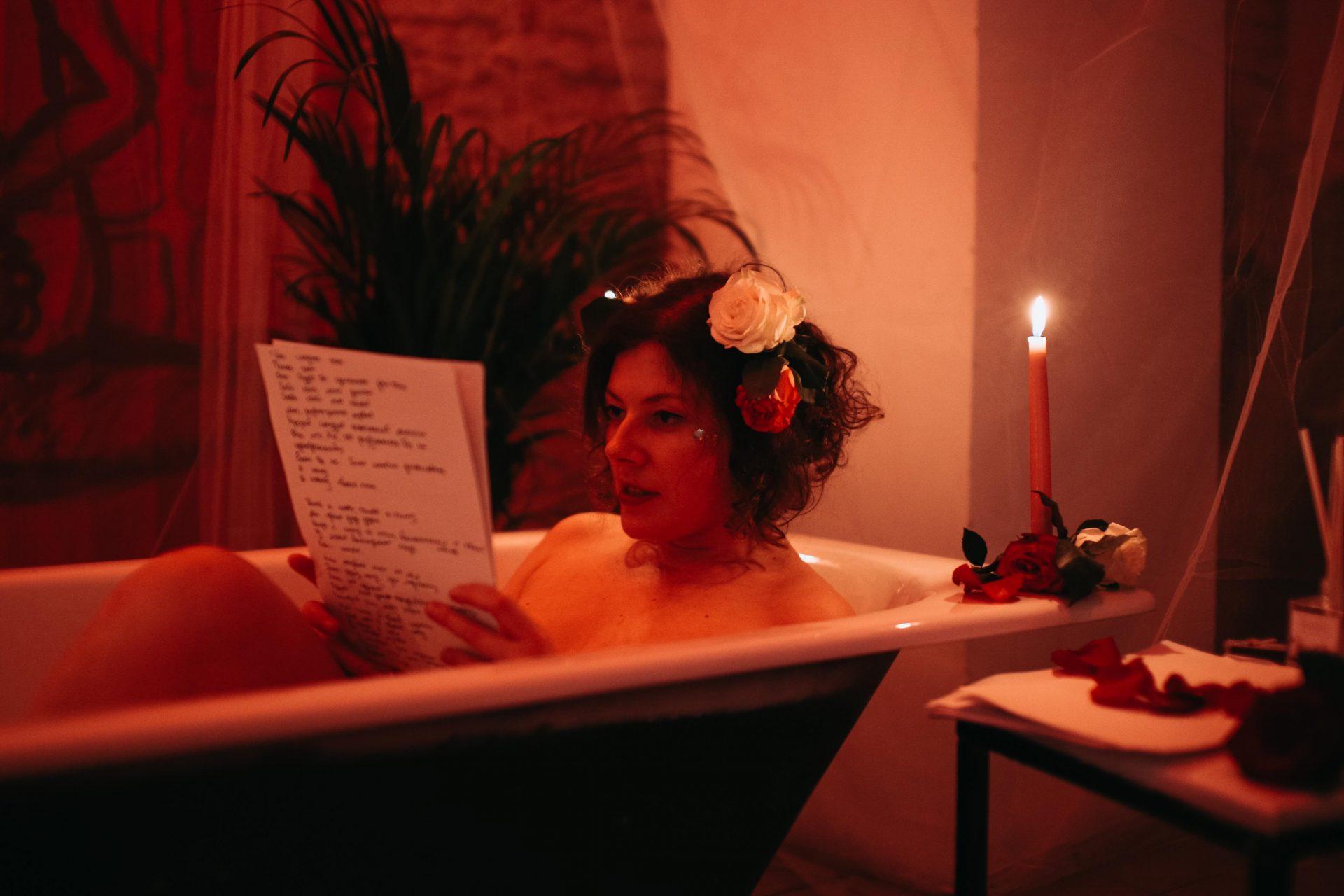 Перформанс Катя Гранова ванна
