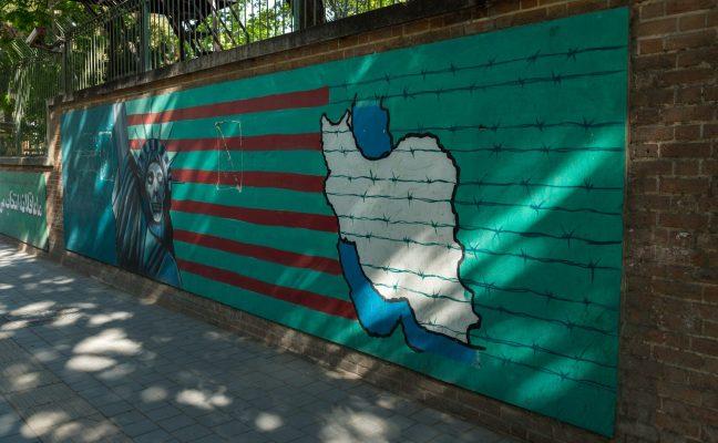 Мурал у разрушенного посольства США