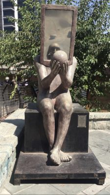Скульптура «зеркало» на улице Амини