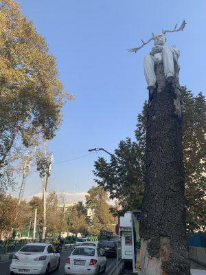 Скульптура на дереве. Улица Валиаср, Тегеран