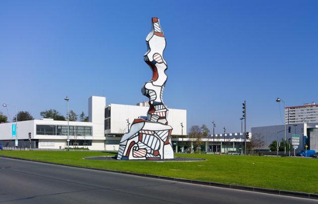 Статуя Жана Дюбюффе, установленная на перекрестке перед входом в музей MAC/VAL, пригород Парижа