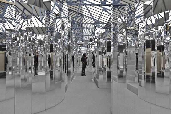 Инсталляция Эс Делвин с использованием запаха Chanel