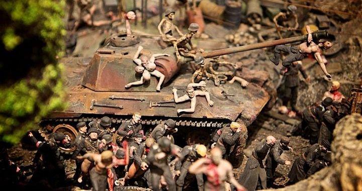 """Инсталляция братьев Чепменов """"Конец веселью"""" (2012) в Эрмитаже стала настоящим ударом по консервативной политике музея. В девяти выставочных боксах, формирующих в форме свастику, были расставлены несколько тысяч мини фигурок нацистов, осуществлявших сцены жестокости и насилия."""